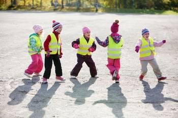 Lapset liikkuvat ulkona. Kuvaaja Hanna-Kaisa Hämäläinen