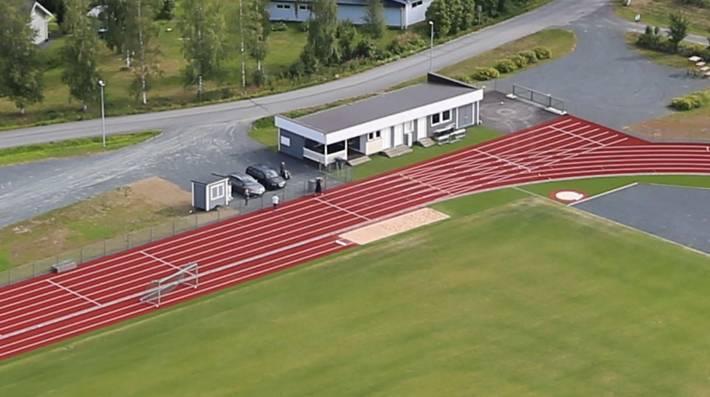 Ilmakuva nykyisestä huoltorakennuksesta urheilukentän laidalla